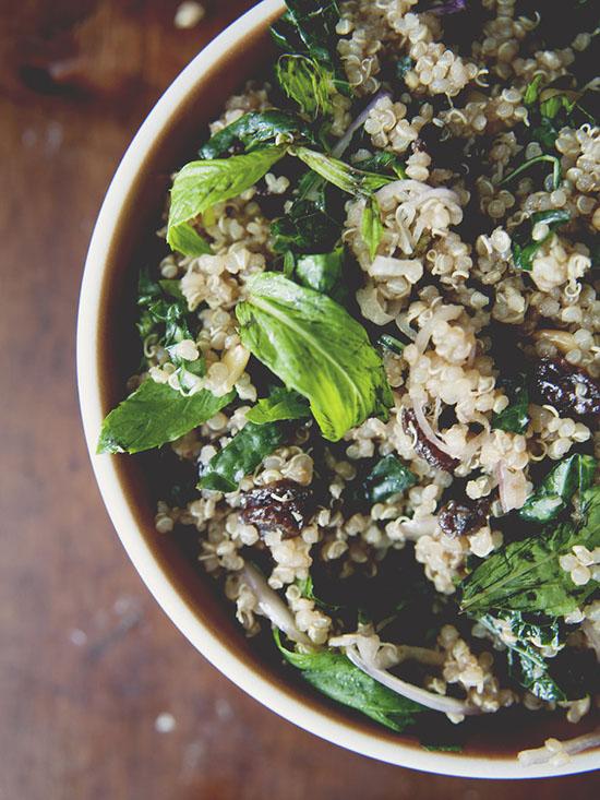 Salata completa - quinoa, stafide si nuci
