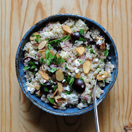 Salata quinoa cu cirese si feta