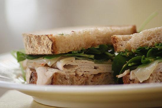Sandwich cu branza manchego si curcan