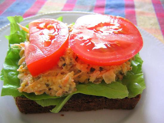Sandwich-cu-naut-si-rosii